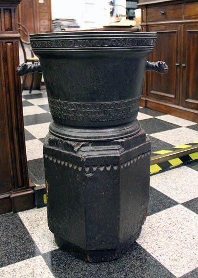 Antico piedistallo di marmo nero