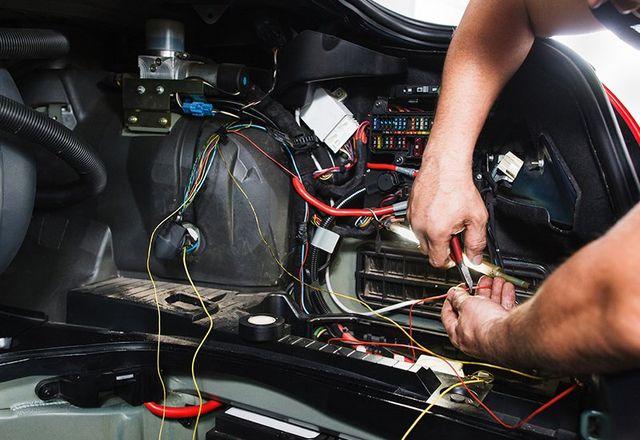 opere elettricista con blocco elettrico in auto