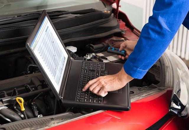 Elevato angolo di visione Meccanico Esame del motore Car Con l'aiuto di computer portatile