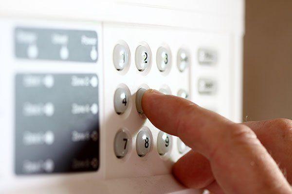 Dita segnando il codice di un sistema di sicurezza