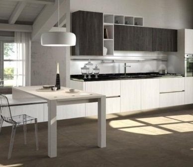 una cucina in legno di color bianco e grigio