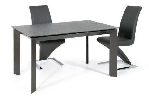 un tavolo e due sedie moderne