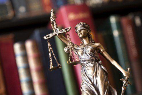 statuina della dea della giustizia in primo
