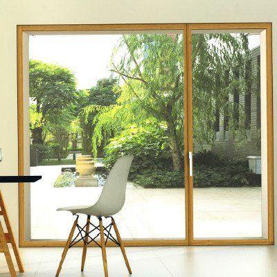 Porta finestra in vetro con infisso di legno antintrusione