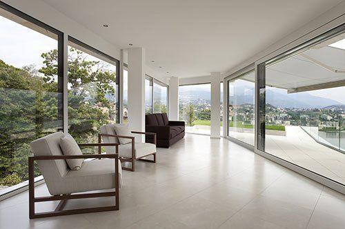 Sala con eleganti infissi panoramici