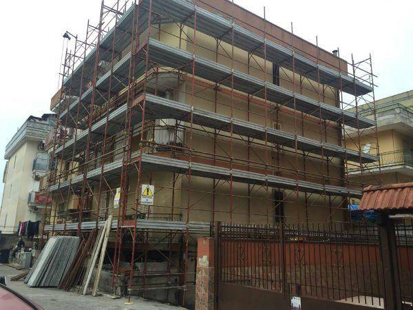 un'impalcatura davanti a un edificio in costruzione