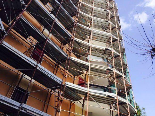 vista di un edificio con un' impalcatura