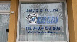 una vetrata con scritto servizi di pulizia