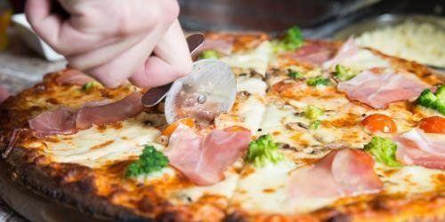Pizza speciale con cotto, cavoli e pomodori