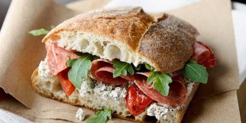 panino con salame, rucola e pomodori