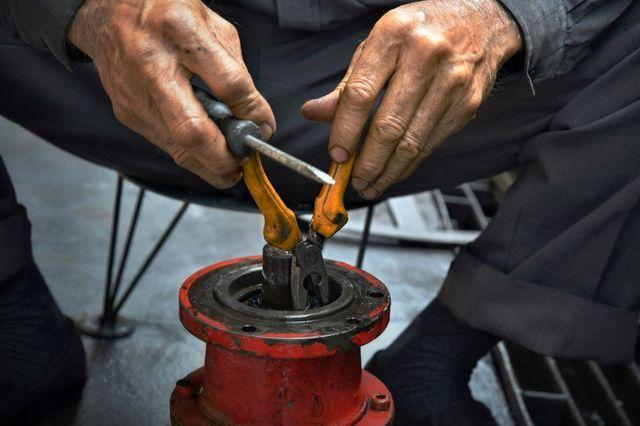 idraulico analizza una tubatura