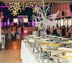 un tavolo con dei contenitori di metallo in un buffet