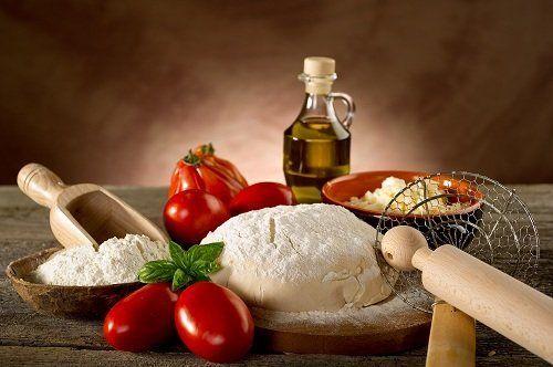 pomodori, impasto, mattarello, olio e altro