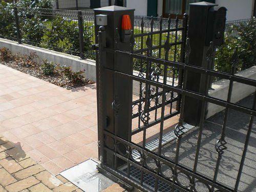 un cancello nero automatico semi aperto