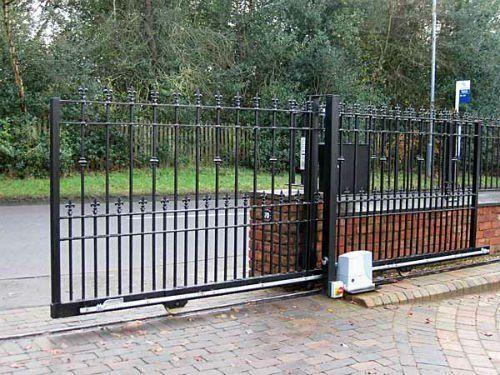 un cancello verde automatico e un cancelletto