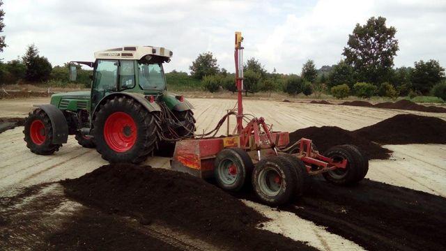 Un trattore con carotatrice