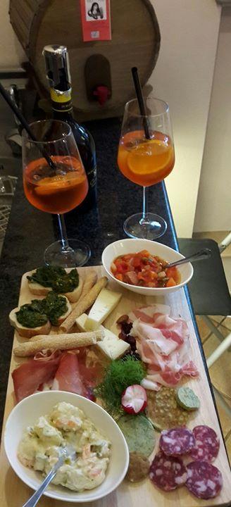 aperitivi accompagnati da stuzzichini e salumi