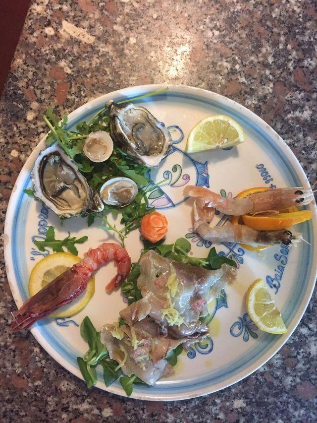 un piatto di ostriche e altro pesce