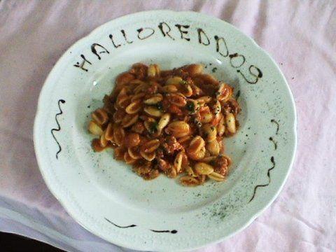 un piatto di orecchiette al pomodoro