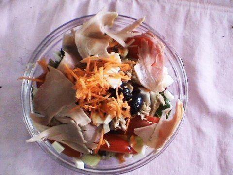 un'insalata con del carpaccio di pesce