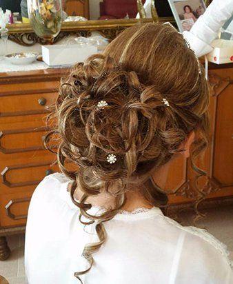 una donna con capelli castani raccolti dietro in una acconciatura
