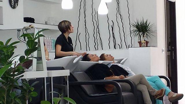 due donne che lavano i capelli due clienti