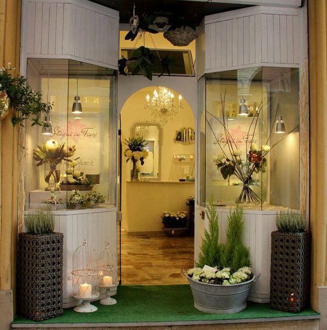 facciata della fioreria con vetrate bianche ed arco