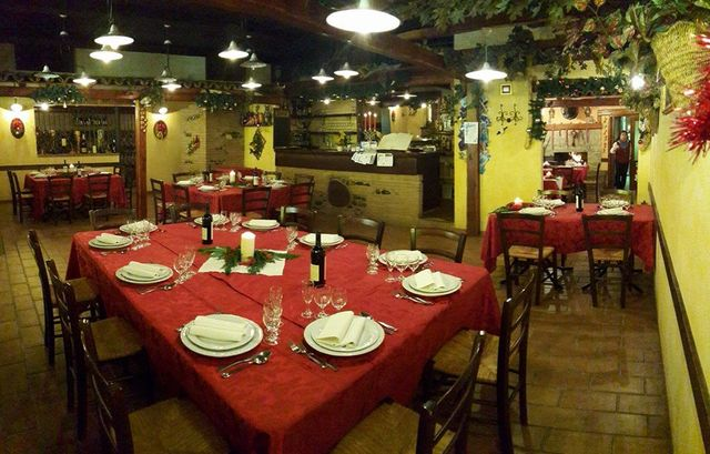 un'ampia sala da pranzo con i tavoli e le sedie