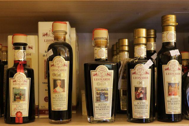 bottiglie di olio aceto a marchio Leonardo