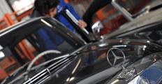 meccanico durante la manutenzione di un auto