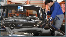 meccanico durante riparazione di un'auto d'epoca
