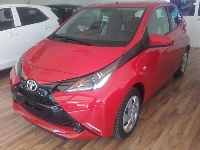 una Toyota Aygo rossa