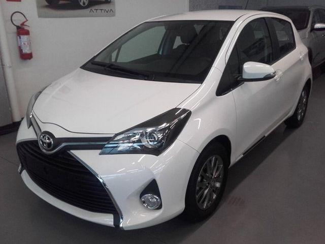 una Toyota Yaris Cool bianca
