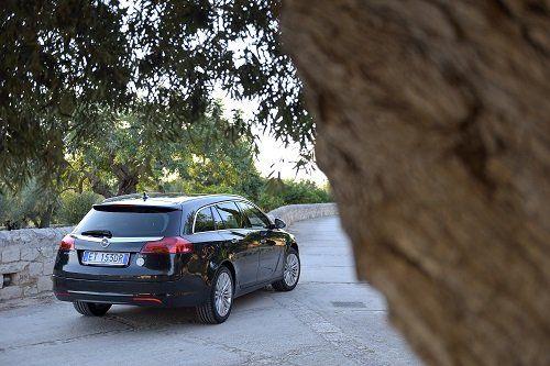una Opel nera station wagon vista da dietro