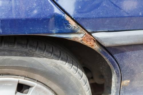 Un arañazo ossidato in un'auto blu