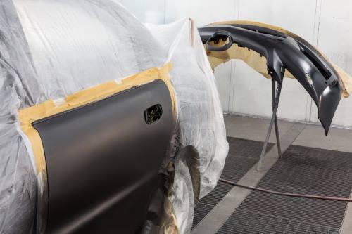 Un'automobile rivestito di materia plastica perché vanno a dipingere la porta nuova del colore dell'automobile