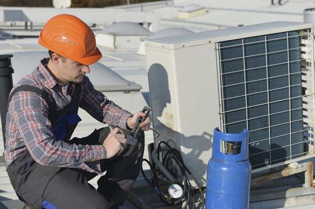 Professional AC Unit Maintenance Worker, San Antonio TX