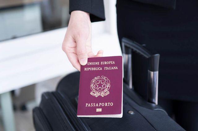Passaporto e valigia a Brescia