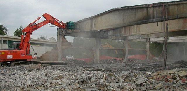 una ruspa demolitrice in azione