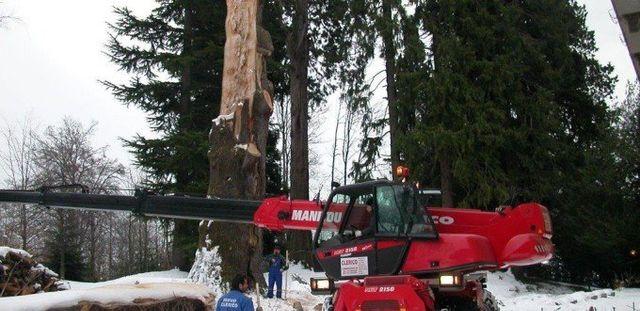 un mezzo da lavoro e degli uomini con delle pale da neve