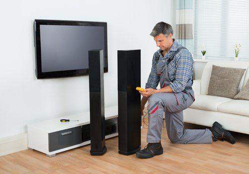 addetto sistema una televisione di ultima generazione con impianto hi-fi