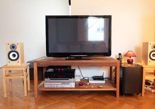 una TV a schermo piatto