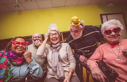 Anziani mascherati, felici
