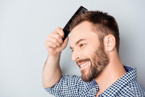 giovane uomo pettina capelli folti