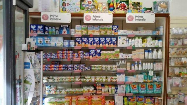Scaffale piena di prodotti per neonati,cibo,bevanda,cura igienico e giocattoli