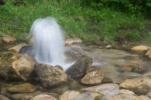 getto d'acqua dal terreno