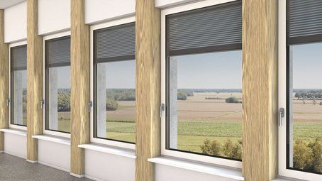 finestre in alluminio con tapparelle e vista su un campo