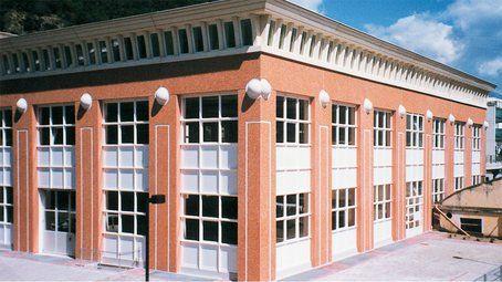 vista angolare di un edificio rosso e vetrate bianche