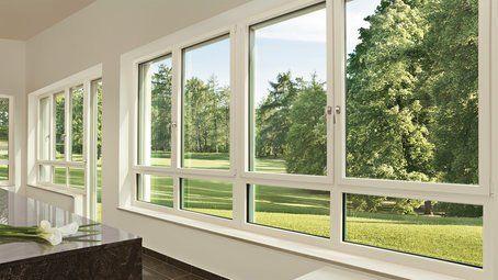 fila di finestre con vista su uno spazio verde