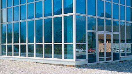 vista di un edificio a vetrate
